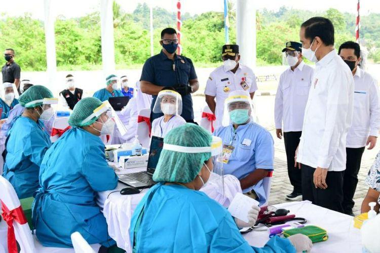 Presiden Joko Widodo didampimgi Gubeenur Maluku, Muras Ismail saat memantau vaksinasi massal di rumah sakit dr J Leimena Ambon, Kamis (25/3/2021)