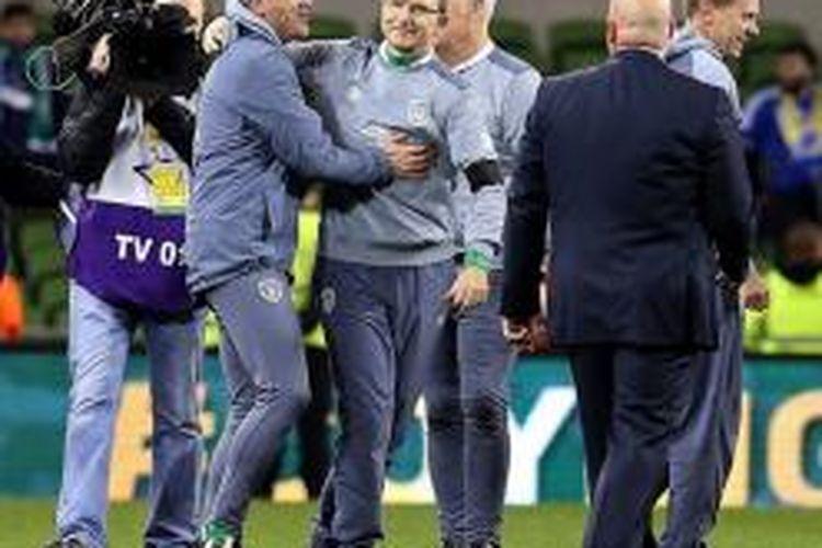 Roy Keane dan Martin O'Neill merayakan keberhasilan Irlandia lolos ke putaran final Piala Eropa 2016, Senin (16/11/2015).