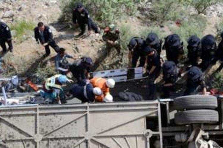 Tim penyelamat tengah berupaya melakukan pertolongan untuk korban bus wisata yang jatuh ke dalam jurang sedalam 10 meter di Tibet, China. Akibat kecelakaan ini 44 orang tewas dan 11 orang lainnya terluka.