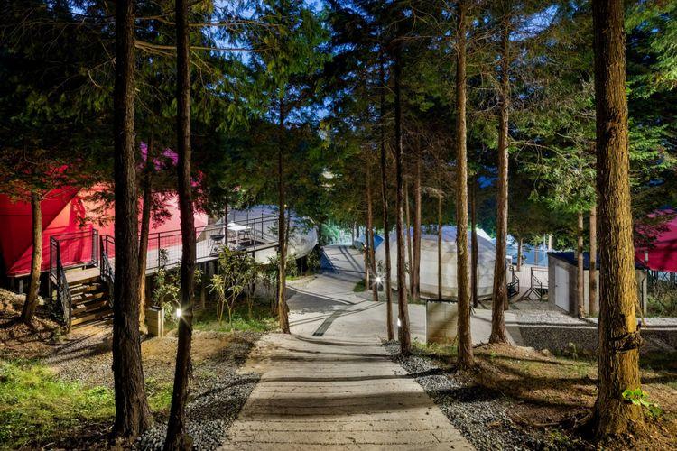 Firma arsitektur yang berbasis di London dan Seoul, Atelier Chang telah merancang sebuah kompleks perkemahan mewah yang bernama SJCC Glamping Resort.