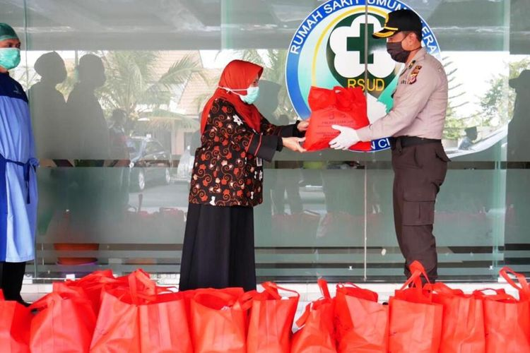 Institusi kepolisian di Cianjur, Jawa Barat, mendistribusikan paket sembako untuk tenaga medis di lingkungan RSUD Cianjur, Jawa Barat. Sebelumnya, ratusan paket sembako juga menyasar berbagai kalangan, terutama kaum dhuafa