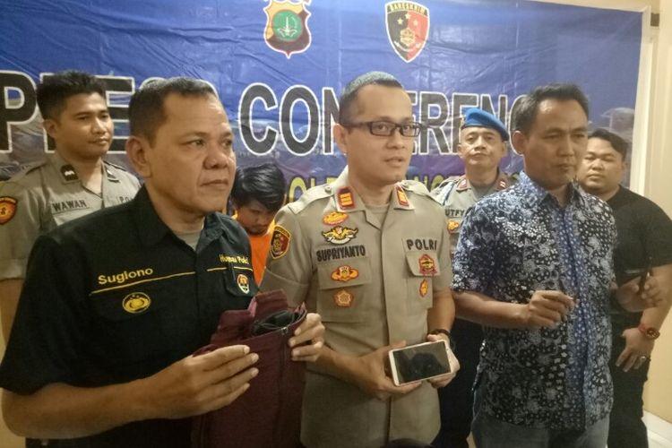 Polisi Sektor (Polsek) Kelapa Dua menangkap dua dari tiga pencuri motor yang beroperasi di salah satu tempat parkir kampus kawasan Karawaci, Kabupaten Tangerang. Kedua pelaku berinisial A (30) dan J di tangkap di Kawasan Tangerang. Sementara untuk pelelaku berinisial M, melarikan diri.