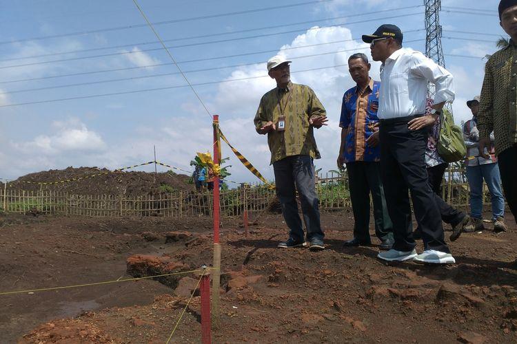 Menteri Pendidikan dan Kebudayaan, Muhadjir Effendy didampingi Kepala BPCB Jawa Timur, Andi Muhamad Said saat mengunjungi temuan situs purbakala di lokasi proyek Tol Pandaan-Malang, Jumat (5/4/2019)