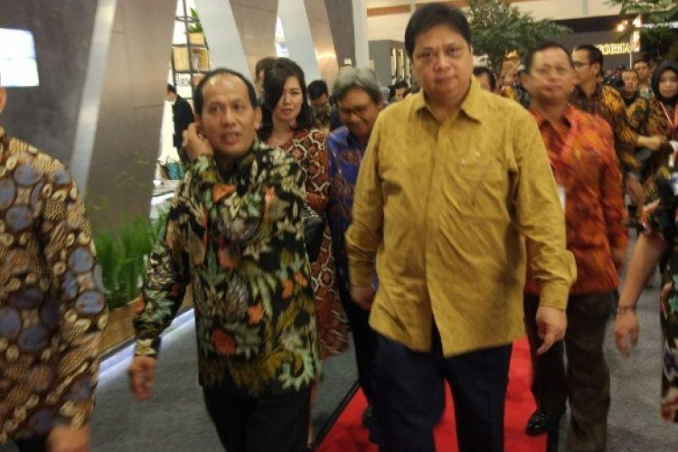 Menteri Perindustrian Airlangga Hartarto membuka Pameran Keramika 2017, di Jakarta Convention Center, Senayan, Jakarta, Kamis (16/3/2017).