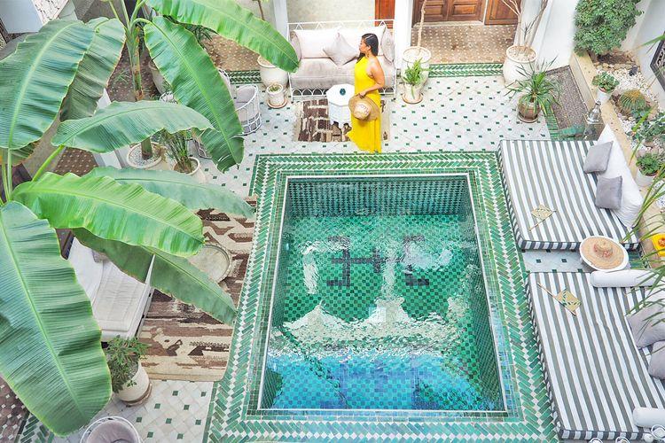 Kolam renang mungil bertema Maroko