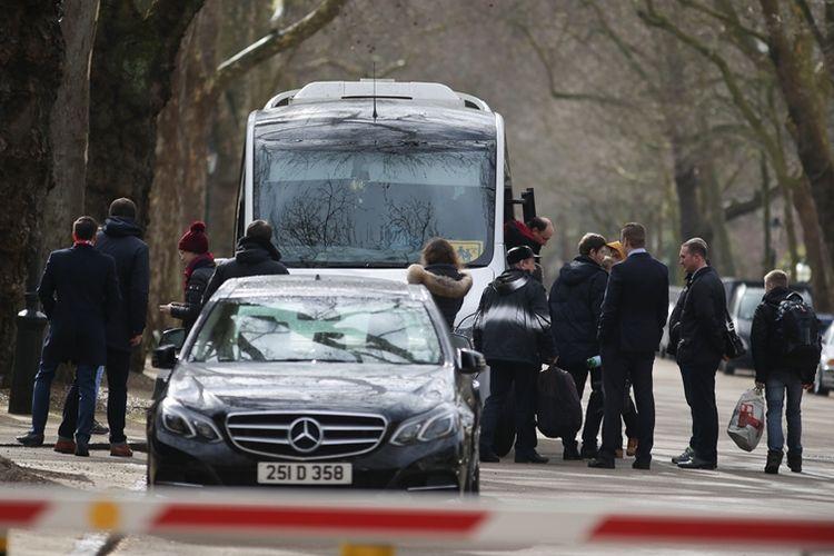 Sebanyak 23 staf diplomat Rusia beserta anggota keluarga mereka menaiki kendaraan di depan kantor kedutaan Moskwa di London yang akan membawa mereka ke bandara, Selasa (20/3/2018).