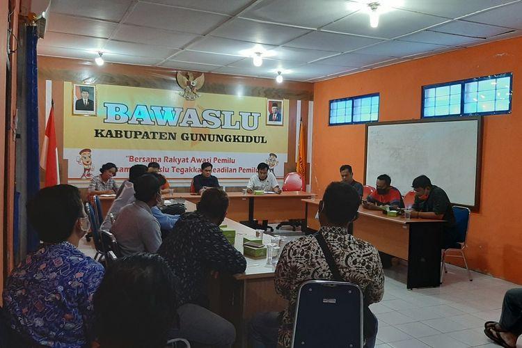 Warga Kalurahan Ngunut, Kapanewon Playen, Gunungkidul, Mendatangi Kantor Bawaslu Gunungkidul Jumat (10/7/2020)