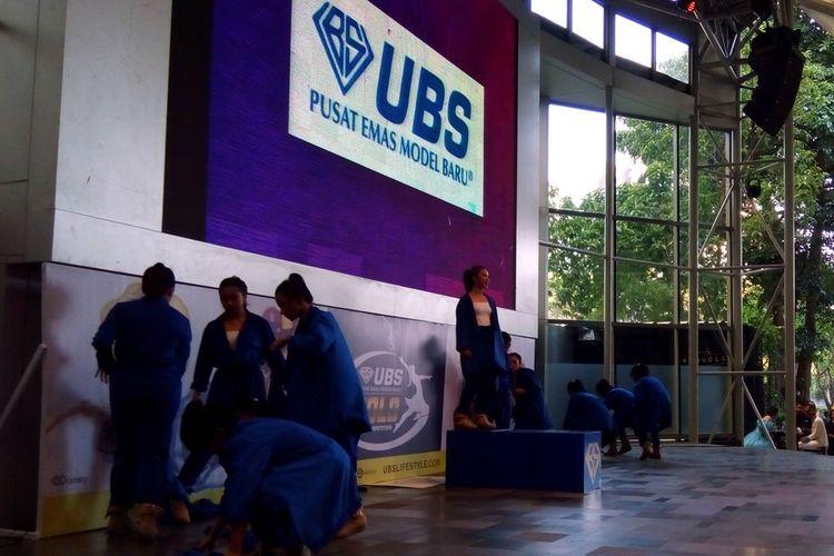 Peserta UBS Gold Dance Competition dari SMA Negeri 70 Jakarta Selatan pada roadshow, Rabu (11/9/2019).   Pada September ini, dua zona perlombaan berlangsung di dua lokasi yakni GOR Bulungan (Jakarta Selatan) dan GOR Pulo Gadung (Jakarta Timur).  Di GOR Bulungan atau South Region, UBS Gold Dance Competition berlangsung pada 17-25 September.  Lantas, kegiatan di GOR Pulo Gadung, East Region, dihelat pada 27 September 2019 sampai dengan 5 Oktober 2019.