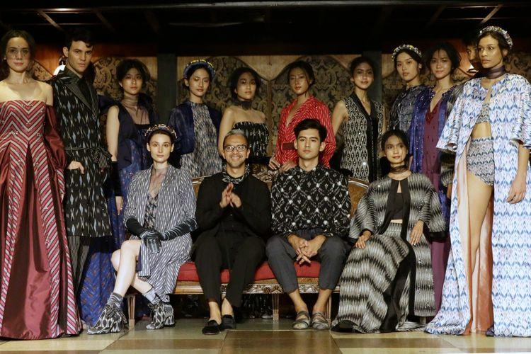 Perancang busana Didiet Maulana saat menggelar fashion show untuk koleksi TerIkat Romansa di kawasan Gunawarman, Jakarta Selatan, Rabu (18/12/2019).