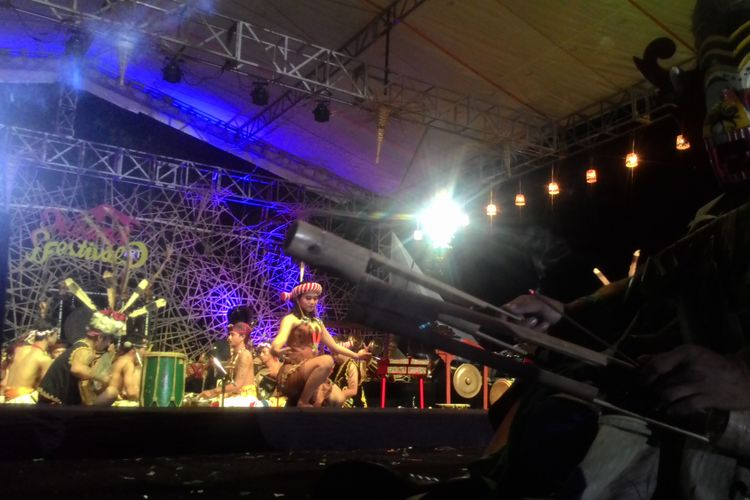 Para penari asal suku Dayak menggebrak pembukaan Menoreh Art Festival 2018 dengan Tari Hudoq dari Kalimantan Timur, Minggu (7/10/2018). Kehadiran Hudoq dilatari musik khasnya membangkitkan suasana festival jadi terkesan mistis dan sakral. MAF 2018 sendiri merupakan festival budaya dalam menyambut HUT ke-67 Kabupaten Kulon Progo. Seniman dari berbagai daerah hadir memeriahkan pembukaan ini.