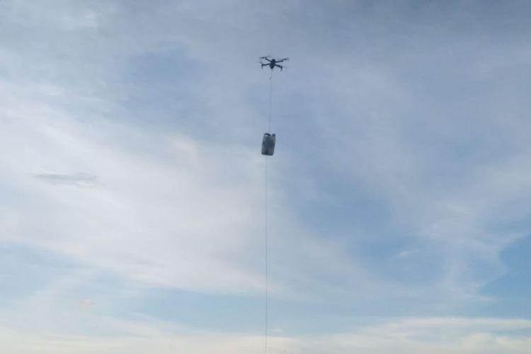 Drone yang digunakan Matt Wright untuk memberikan umpan ke buaya berkalung ban di Sungai Palu, Sulawesi Tengah.