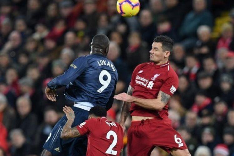 Romelu Lukaku dan Dejan Lovren berduel di udara pada pertandingan Liverpool vs Manchester United dalam pekan ke-17 Liga Inggris di Stadion Anfield, 16 Desember 2018.