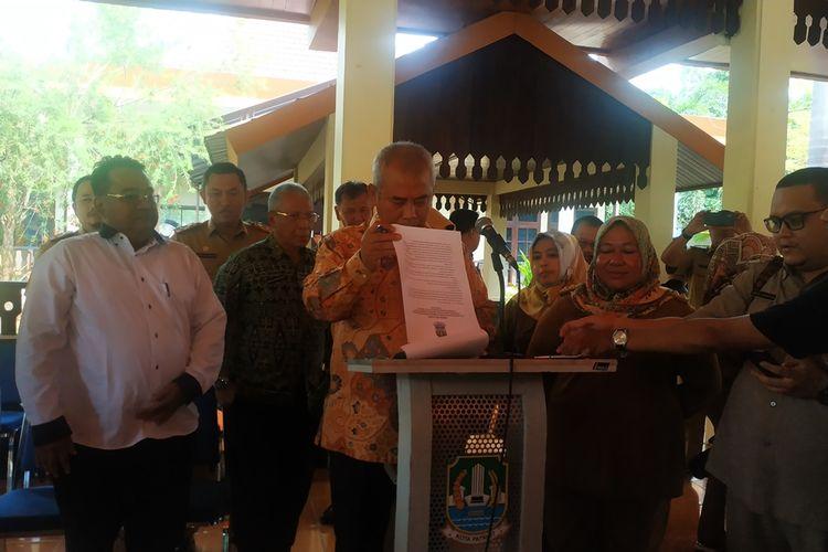 Wali Kota Bekasi Rahmat Effendi (tengah) beserta jajaran dalam konferensi pers mengenai penangguhan program Kartu Sehat berbasis Nomor Induk Kependudukan (KS-NIK), Senin (9/12/2019).