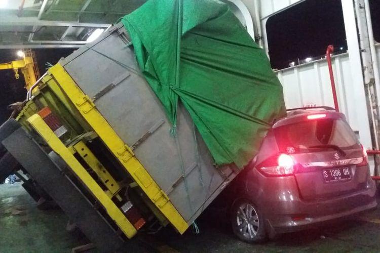 Sebuah dump truk terguling dan menimpa dua mobil dalam sebuah kapal yang menyeberang dari pelabuhan Khayangan Lombok menuju pelabuhan Poto Tano, Sumbawa, Rabu (11/6/2019).