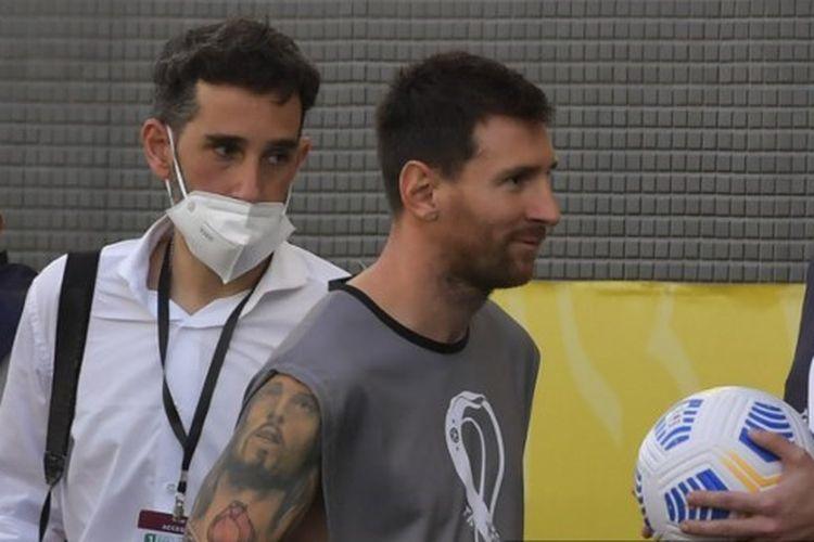 Lionel Messi memakai rompi fotografer saat laga Brasil vs Argentina di Kualifikasi Piala Dunia 2022 dihentikan.
