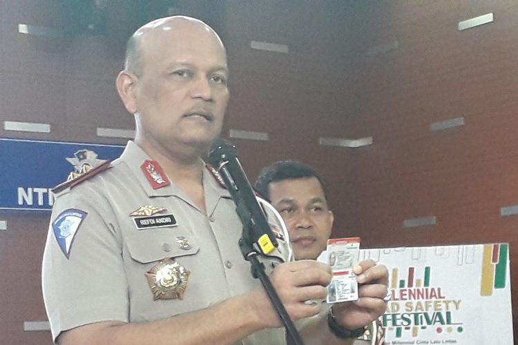 Kepala Korps Lalu Lintas Irjen Refdi Hardi menunjukkan kartu SIM pintar di Gedung NTMC Polri, Jumat (30/8/2019).
