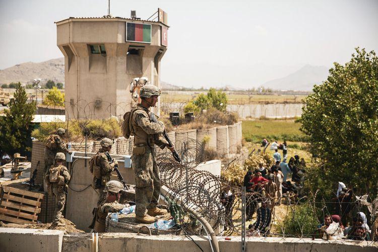 Dalam gambar ini disediakan oleh Korps Marinir AS, Marinir membantu keamanan di pos pemeriksaan kontrol evakuasi selama evakuasi di Bandara Internasional Hamid Karzai di Kabul, Afghanistan, Jumat, 20 Agustus 2021.