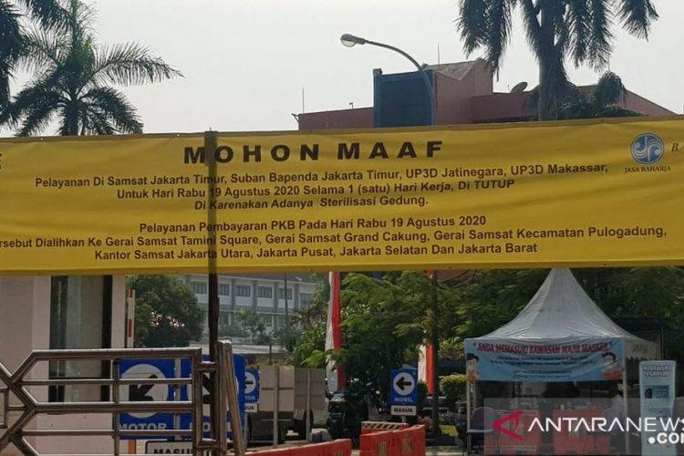 Gedung pelayanan Sistem Administrasi Manunggal Satu Atap (Samsat) Jakarta Timur ditutup untuk pemohon, Rabu (19/8/2020). Penutupan operasional karena kegiatan sterilisasi ruangan.