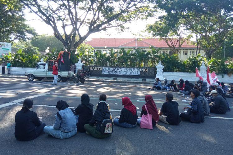 Bertepatan hari tani, sejumlah mahasiswa melakukan demo di depan kantor Pemerintah Kabupaten Banyuwangi, Jumat (24/9/202) siang.