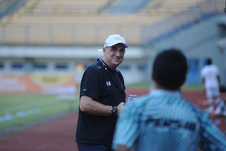 Pelatih Persib Bandung, Robert Rene Alberts, saat memantau uji tanding timnya menghadapi Tira-Persikabo di Stadion GBLA, Kota Bandung, beberapa waktu lalu.