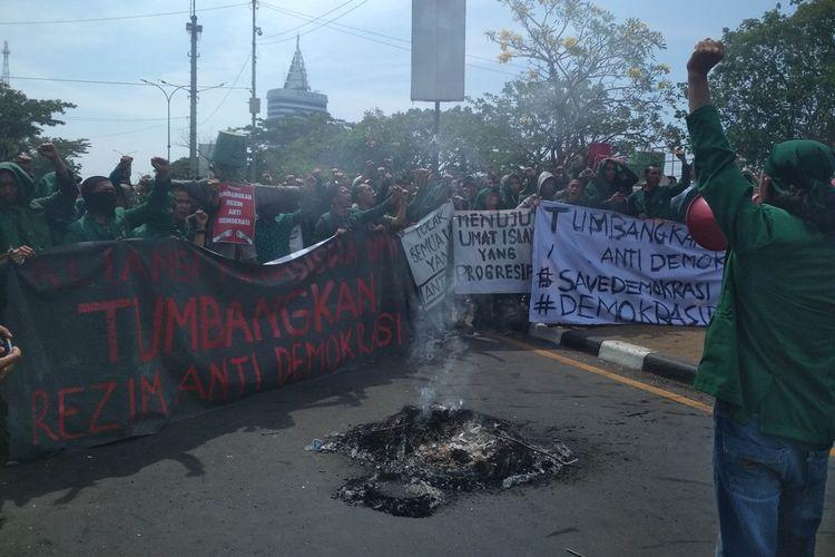 Aliansi Mahasiswa Universitas Muslim Indonesia (UMI) saat menggelar aksi unjuk rasa perihal revisi UU KPK dan RKUHP di Jalan Urip Sumoharjo, Kecamatan Panakukang, Makassar, Senin (23/9/2019).