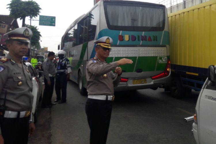 Dirlantas Polda Jabar Kombes Pol Edy Djunaedi mengatur langsung lalulintas di depan Pasar Limbangan didampingi Kasatlantas Polres Garut AKP Asep Nugraha, Senin (16/12/2019)