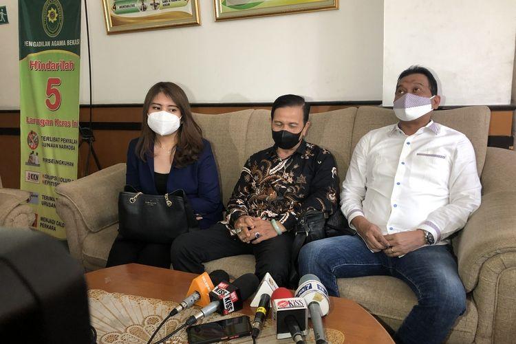 Deretan kuasa hukum Jenita Janet saat ditemui di Pengadilan Agama Bekasi, Selasa (28/9/2021).