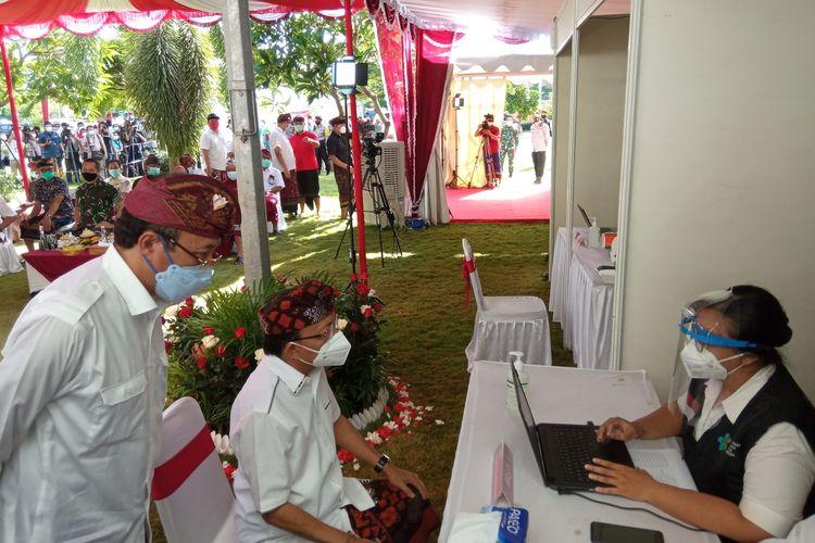 Gubernur Bali I Wayan Koster menjalani pemeriksaan sebelum divaksin Covid-19, di RSBM, Denpasar, Kamis (14/1/2021).