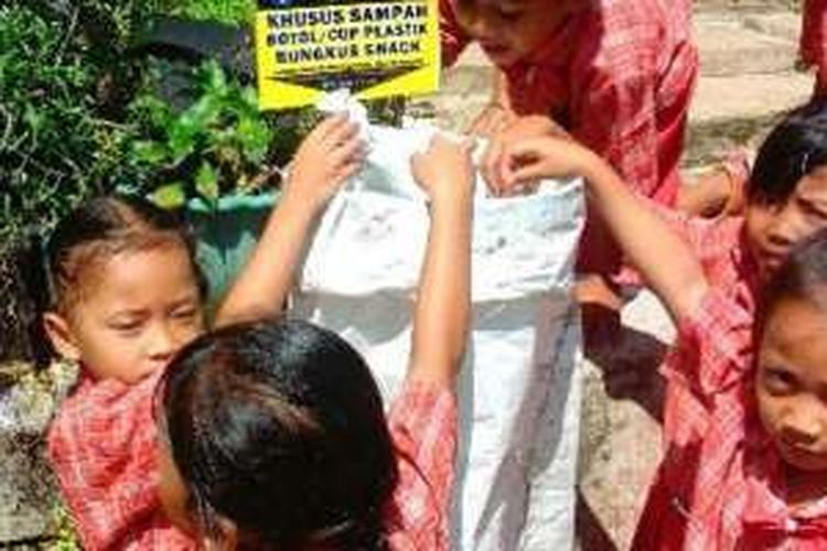 Kegiatan bank sampah berbasis sekolah di TK Marsudi Siwi, Desa Kalisidi, Ungaran, Kabupaten Semarang, Jawa Tengah.