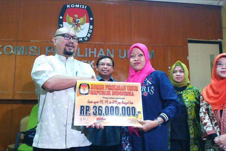 Anggota keluarga petugas KPPS Kota Bekasi yang gugur saat pemilu serentak 2019 menerima biaya santunan dari KPU RI, Jumat (12/7/2019).