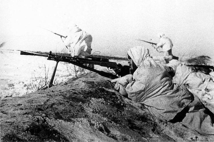 Prajurit Uni Soviet dengan senapan mesinnya mencoba menghadang invasi Jerman di dekat kota Tula pada November 1941.