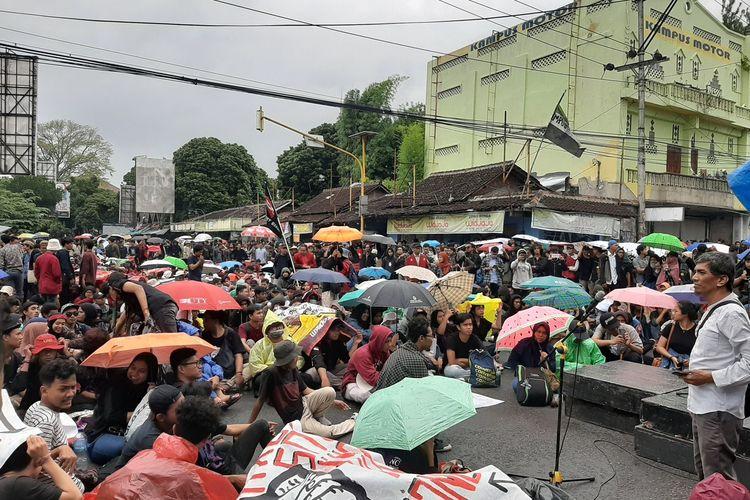 Massa Aliansi Rakyat Bergerak saat hujan turun di simpang tiga gejayan