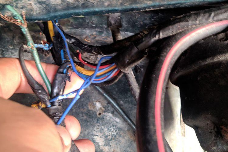 Kondisi kabel mobil yang putus karena digigit tikus. Kejadian ini sering terjadi lantaran tikus menjadikan ruang mesin mobil sebagai sarangnya.