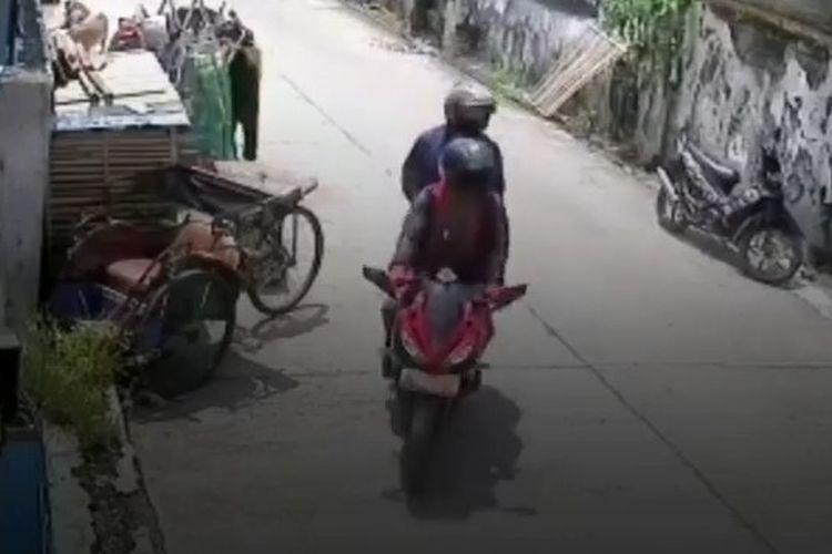 Tangkapan video detik-detik pengendara motor sport mencuri seekor kambing milik warga di Jalan Perjuangan, Bekasi Utara, Kota Bekasi, Jawa Barat.
