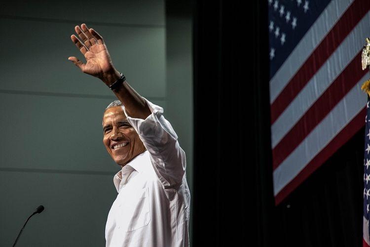 Mantan Presiden AS Barack Obama melambaikan tangan ke arah massa saat hadir dalam sebuah kampanye di Anaheim Convention Center pada 8 September 2018.