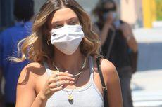 Hailey Bieber Padukan Celana Jins Robek dengan Sandal Vegan