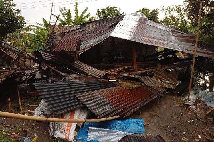 Angin kencang yang terjadi di Kabupaten Serdang Bedagai, Sumut menyebabkan puluhan rumah warga dan fasilitas umum di sana rusak.