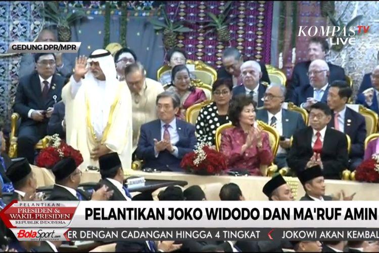 Utusan Khusus presiden Persatuan Uni Emirat Arab, Syekh Nayan Mubarak Al Nahyan berdiri saat nama Utusan Khusus Presiden Republik Filipina Teodoro Locsin Jr disebut oleh Ketua MPR, Bambang Sosetyo.
