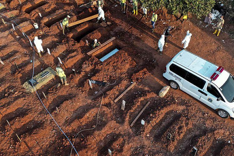 Petugas memakamkan jenazah COVID-19,  di TPU Pondok Ranggon, Jakarta, Selasa (8/9/2020). Petugas administrasi TPU Pondok Ranggon mengatakan saat ini jumlah makam yang tersedia untuk jenazah dengan protokol COVID-19 tersisa 1.069 lubang makam, dan diperkirakan akan habis pada bulan Oktober apabila kasus kematian akibat COVID-19 terus meningkat.