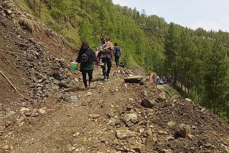 Akses jalan lintas utama yang meghubungkan Kabupaten Gayo Lues dan Kabupaten Aceh Tenggara putus total menyusul longsor yang terjadi di kawasan Desa Kungke Jaya, Kecamatan Putri Betung, Kabupaten Gayo Lues, Minggu (16/5/2021).