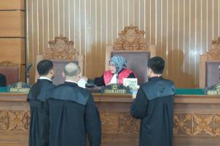 Tim kuasa hukum mantan Menteri Agama Suryadharma Ali berbicara kepada hakiim dalam sidang praperadilan di Pengadilan Negeri Jakarta Selatan, Senin (30/3/2015).