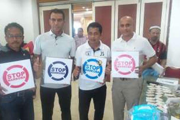Tampak Kepala BNN Papua Kombes Pol Jackson Lapalonga (berkepala plontos) bersama Pelatih Persipura Jafri Sastra dalam kegiatan tes urine pada Sabtu (23/4/2016).