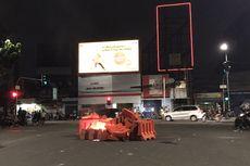 Water Barrier Dibakar Massa di Dekat RS Budi Kemuliaan
