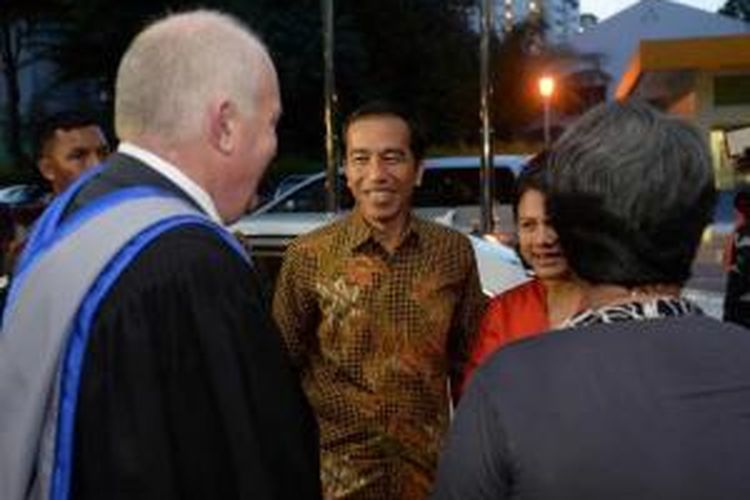 Presiden Joko Widodo atau Jokowi saat tiba untuk menghadiri acara kelulusan anak bungsunya Kaesang Pangarep dari Program International Baccalaureate di Anglo-Chinese School (International) Singapura, Jumat (21/11/2014).