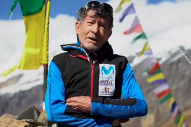 Seorang kakek berusia 81 tahun yang telah mencapai puncak gunung Himalaya berharap dapat mendaki 2 gunung lainnya dan memberikan penghormatan kepada para korban Covid-19 di puncak gunung itu. [SS/YoSuboConCarlosSaria/Youtube]