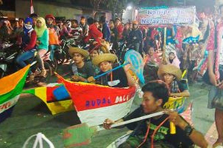 Karnaval budaya di Desa Sembayat, Kecamatan Manyar, Kabupaten Gresik, Jawa Timur, Minggu (17/8/2014), berlangsung semarak. Warga dari 23 RT membuat berbagai replika satwa, tokoh, bangunan, alat perang, kendaraan, dan lain-lain. Pawai ini menjadi teater jalanan dalam rangka HUT Ke-69 RI.