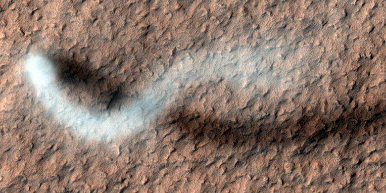 Debu setan yang ditangkap pada 2012 di Mars, tingginya diperkirakan 20 kilometer.