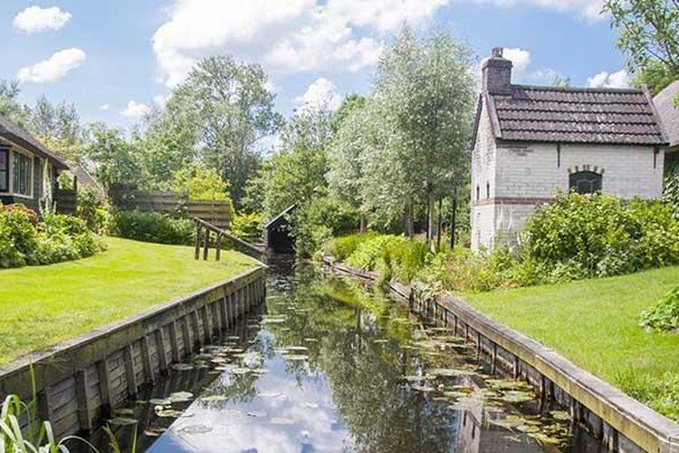 Berkunjung ke Giethoorn, aktivitas yang wajib dilakukan adalah menyewa perahu dan menyusuri kanal-kanalnya.