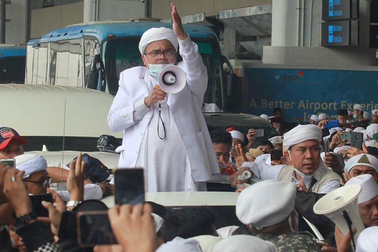 Habib Rizieq Shihab (HRS) menyapa massa yang menjemputnya di Terminal 3 Bandara Soekarno Hatta, Tangerang, Banten, Selasa (10/11/2020). HRS beserta keluarga kembali ke tanah air setelah berada di Arab Saudi selama tiga tahun. ANTARA FOTO/Muhammad Iqbal/aww.