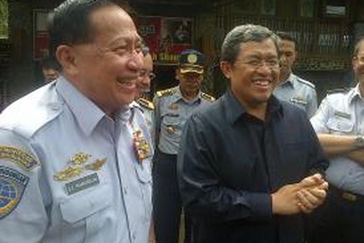 Menteri Perhubungan Evert Erens Mangindaan bersama Gubernur Jawa Barat Ahmad Heryawan, memantau kesiapan jalur mudik lebaran di Nagreg, Kabupaten Bandung, Jumat (26/7/2013)